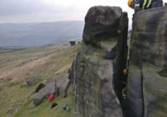 نجات گوسفند بازیگوش از بین صخرهها