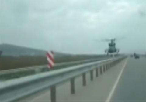تعجب رانندگان از حرکت یک بالگرد در بزرگراه