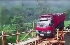 لحظات نفسگیر سقوط کامیون از روی پل چوبی/ کامیون قصد دارد از روی یک پل چوبی عبور کند اما ناموفق است و سقوط میکند.