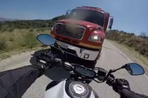 فرار موتورسوار خوش شانس از برخورد با کامیون
