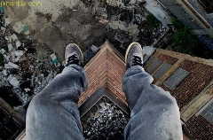 لحظه نجات مردی که قصد خودکشی داشت/یک افسر پلیس در آمریکا مردی را که قصد داشت خودش را از بالکن ساختمان شش طبقه به پایین بیندازد نجات داد.