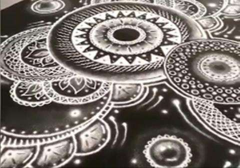 یک هنرمند خلاق با پاشیدن نمک روی موکت، اثر زیبایی را خلق میکند.