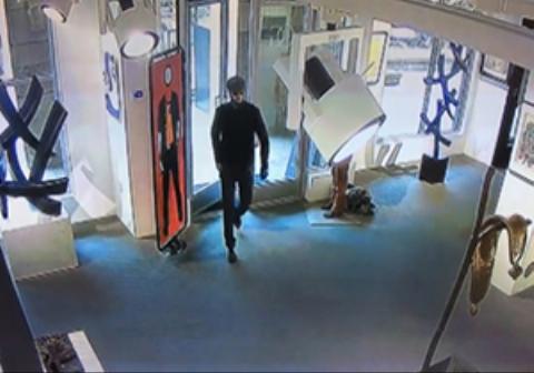 حرکت عجیب مرد ناشناس در نمایشگاه نقاشی