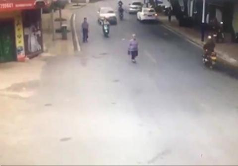 زیر گرفتن پیرزن در وسط خیابان /پیرزنی که در خیابان در حال قدم زدن بود، توسط یک خودرو زیر گرفته شد.