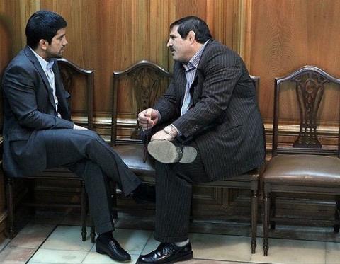 شورای شهر تبدیل به تشک کشتی شد!/ درگیری فیزیکی عباس جدیدی و علیرضا دبیر بر سر صندلی های شورا