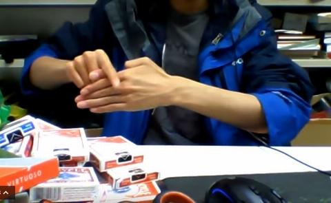 باور نکردنی؛ فردی که انگشتان خود را غیب می کند!