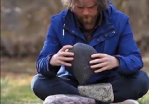 هنر زیبای چیدن سنگها بر روی هم/یک هنرمند خلاق با صبر و حوصله زیاد سنگها را با استفاده از پیدا کردن نقطه ثقل آنها روی یکدیگر میچیند.