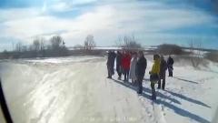 زیر گرفتن مسافران اتوبوس در روسیه/مسافرانی که در حاشیه جاده یخ زده منتظر ایستاده بودند، ناگهان به صورت گروهی توسط اتوبوسی که کنترل خود را از دست داده بود، زیر گرفته شدند.