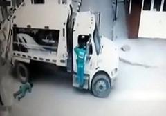 مرگ تصادفی یک کارگر در کلمبیا /چند کارگر مشغول جمع آوری زبالهها در کلمبیا بودند که یکی از آنها به صورت تصادفی جان خود را از دست میدهد.