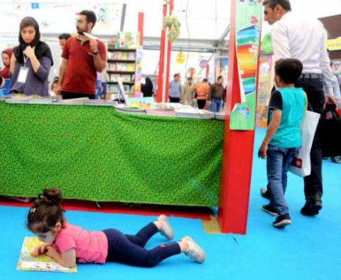 گردهمایی بامزه ترین کودکان فرهیخته ایران در شهر آفتاب/ گزارش مردمی اختصاصی تی وی پلاس از حاشیه های جالب سالن کودک و نوجوان نمایشگاه کتاب