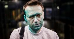 لحظه ریختن اسید سبز رنگ بر روی صورت منتقد پوتین