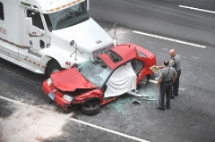عجیب اما واقعی / راننده تریلی پس از تصادف ، خودروی تصادفی را 6 کیلومتر به دنبال خود کشید