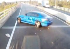 تصادف خودرو با تریلی حین سبقت/یک خودرو حین سبقت در اتوبان با تریلی تصادف کرد.