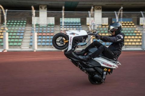 ثبت رکورد طولانیترین تکچرخ با یک اسکوتر 125 سیسی