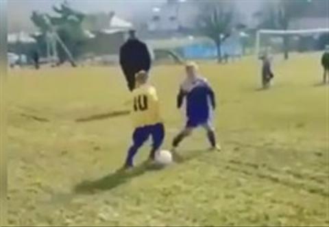 به این میگن کودک با استعداد!/این کودک با تکنیک خود همگان را شگفت زده کرد