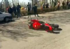 لحظه دلخراش تصادف موتورسواران در دانشگاه ارومیه/هفت نفر از تماشاگران و راننده موتور سیکلت مصدوم شدند.