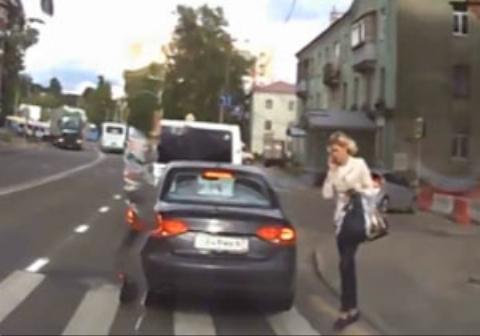 تصادف  زن حواس پرت حین صحبت با موبایل