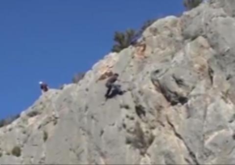 خطری که از بیخ گوش یک صخره نورد گذشت
