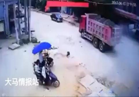 عبور کامیون از روی یک پسربچه در چین