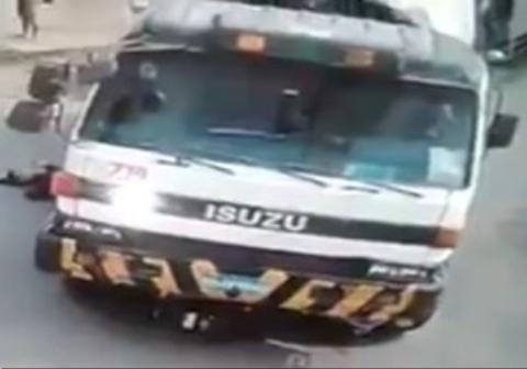 زنده ماندن عجیب موتورسوار پس از له شدن دردناک زیر چرخهای کامیون