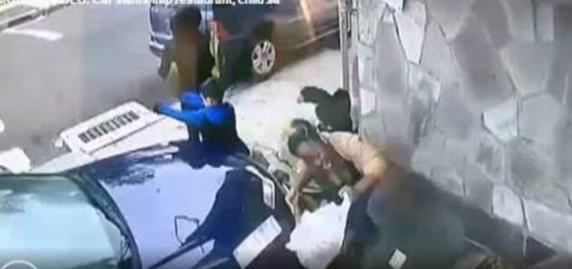 فیلمی تکاندهنده از یک تصادف دلخراش/ زن فداکار خود را سپر بلای پسربچه کرد