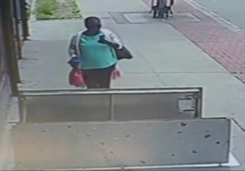 اتفاق دردناک برای یک زن در پیاده رو حین چک کردن موبایل