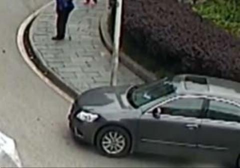 له شدن یک کودک در پیاده رو زیر خودرو
