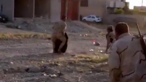 لحظه نجات شجاعانه یک پیرزن به دست سرباز عراقی در زیر رگبار داعشیها