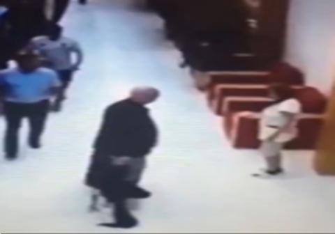 حمله به یک زن خدمتکار در لابی هتل