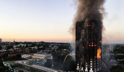 لحظات رعب آور آتش گرفتن ساختمان پلاسکوی لندن/برج سرشناس انگلیس ذره ذره جلوی چشمان اهالی لندن در آتش سوخت/گزارش اختصاصی تی وی پلاس از لندن