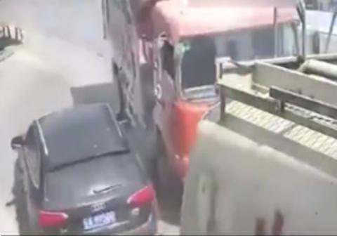 چپ کردن کامیون روی خودروی شاسی بلند
