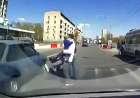 نوزادی که در یک قدمی مرگ قرار داشت/ ضرب و شتم راننده ماشین توسط پدر عصبانی