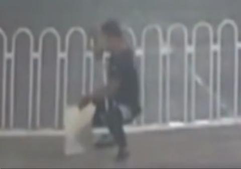 عقل در بدن نباشد جان در عذاب است/یک مرد در شهر بوجوا در استان آنهوئی چین که قصد عبور از گاردریل وسط خیابان را داشت در آن گیر کرد.
