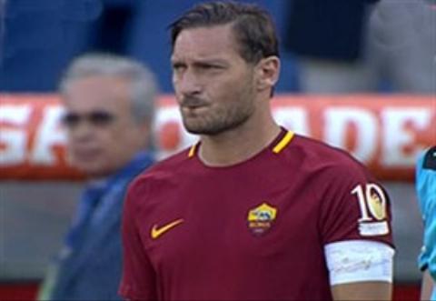 تشویق طوفانی توتی هنگام ورود به زمین در آخرین بازی برای رم
