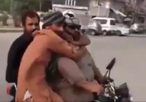 عجیبترین روش موتورسواری چهار نفره
