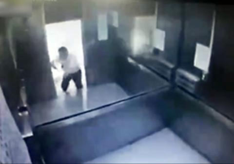 فیلمی دردناک از گیر افتادن بین درب آسانسور و ....