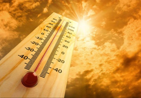 شدت گرما در هندوستان به حدی رسیده است که کفش عابران به سطح آسفالت میچسبد.