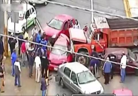 فرار کامیون پس از تصادف هولناک با پنج خودرو