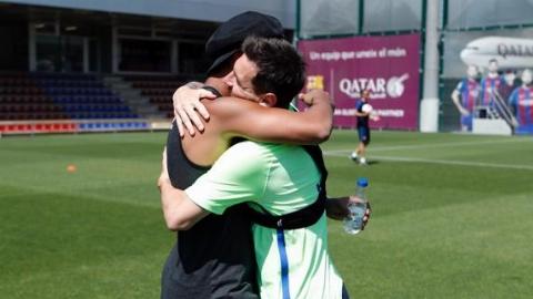 حضور رونالدینیو در تمرین بارسلونا و برخورد گرم با مسی