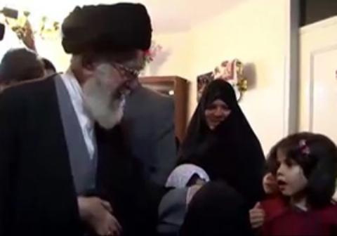 رهبر انقلاب در پایان دیدار با یک خانواده شهید با خداحافظی جالب یک دختربچه مواجه شدند.