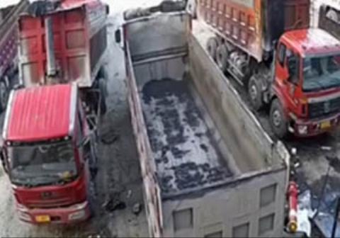 له شدن دلخراش یک مرد در بین کامیونها