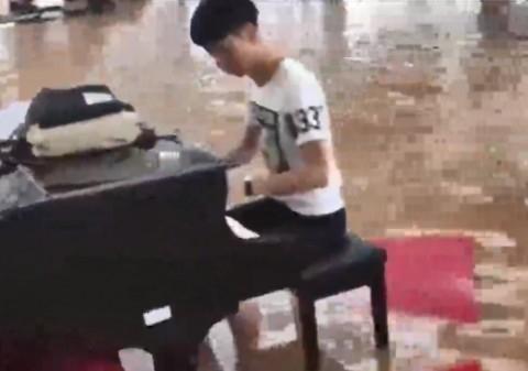 سمفونی سیل در چین/نواختن پیانو داخل ساختمان  سیل زده