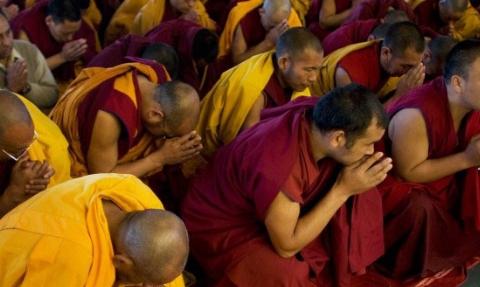 نیازمندانی که برای رفع حاجت، از راهب بودایی کتک میخورند!