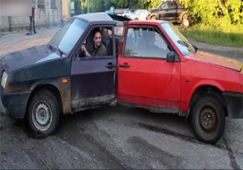 سه جوان روسی ماشینی را طراحی کردهاند که با سه راننده حرکت میکند.