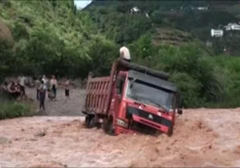 عملیات نجات راننده کامیون گرفتار در سیل