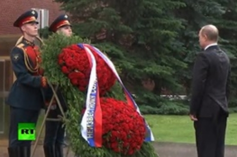 ادای احترام پوتین به مقبره سرباز گمنام، زیر باران شدید