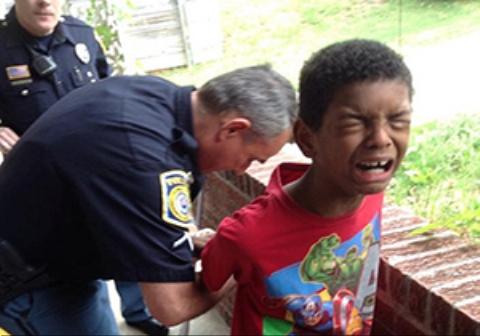 دستبند زدن پلیس آمریکا به پسربچه ۹ ساله