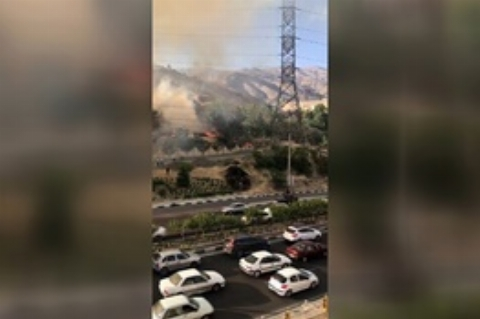 آتش سوزی در شمال بزرگراه یادگار امام، محدوده دشت بهشت و تلاش آتش نشانان برای خاموش كردن حریق