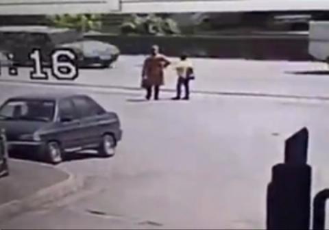 لحظه تصادف هولناک نیسان با مادر و فرزند