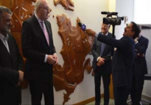 پشت صحنهای جالب از حمید معصومینژاد در مصاحبه با یک شخصیت قد بلند اتحادیه اروپا